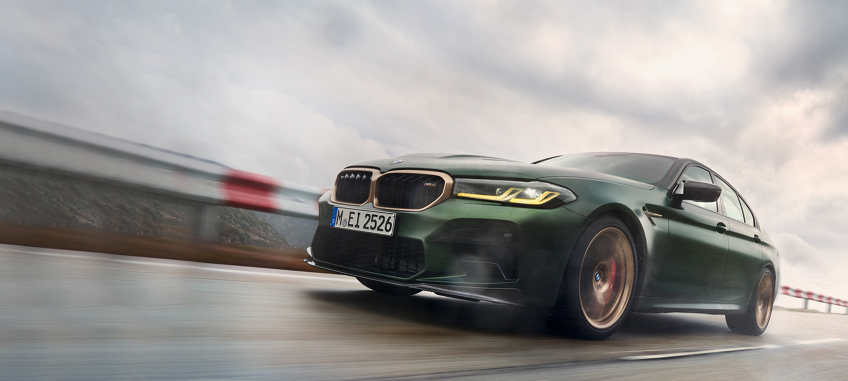 BMW M5 CS F90 2021 Frozen Deep Green metallic, vue de trois quarts avant